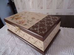 caixa maquiagem floral no Decoupage Vintage, Decoupage Box, Cigar Box Crafts, Tea Box, Jewellery Boxes, Wood Boxes, Pattern Wallpaper, Painting On Wood, Diy And Crafts