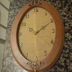 Relógio de parede em mdf com apliques, todo feito à mão, produto artesanal.