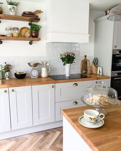 Kitchen Interior, Kitchen Inspirations, Kitchen Remodel, Kitchen Decor, Kitchen Dining Room, Wren Kitchen, Home Kitchens, Farmhouse Kitchen Design, Kitchen Remodel Design