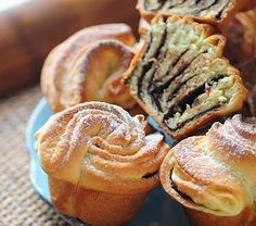 Tortelina: Slatke ruzice Not sure EXACTLY what these are, but they look really good! Greek Sweets, Greek Desserts, Greek Recipes, Serbian Recipes, Russian Recipes, Sweet Pastries, Bread And Pastries, Breakfast Recipes, Dessert Recipes