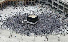 El peregrino debe dar siete vueltas a la Kaaba y hacer siete veces el recorrido ida y vuelta de La Meca a Marwa. Sin embargo, la Kaaba no es objeto de adoración en el islam, pues los musulmanes adoran únicamente a Alá.