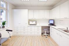 Labor-Arbeitsbereich mit Urin-Durchreiche in der Wand