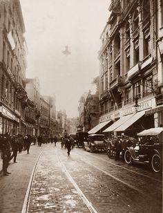 1916 - Rua 15 de Novembro. Podemos observar à direita a Casa Mappin, primeiro endereço da tão conhecida lojas Mappin. Foto tirada no sentido da praça Antonio Prado.