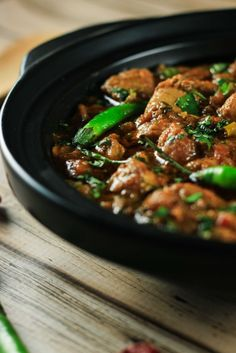 Authentic Indian Karahi Curry - You'll definitely end up impressing your friends and family with this delicious recipe. It's so simple to make and tastes completely authentic! Indian Food Recipes, Asian Recipes, Crockpot Indian Recipes, Indian Chicken Recipes, Chicken Karahi, Chicken Masala, Comida India, Indian Cookbook, Fried Fish Recipes
