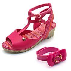 Quer andar bela e não perder a hora dos seus compromissos? Então, a sandália Anabela Fica a Dica Hello Kitty com relógio da Grendene foi feita para você. Muito legal, não é?!