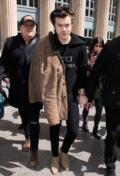 Harry Styles Wears Saint Laurent Shearling Coat, Boots and Gucci Hoodie in Paris Harry Styles Baby, Harry Styles Mode, Harry Styles Funny, Harry Styles Pictures, Harry Styles Imagines, Harry Edward Styles, Harry Styles Boots, Harry Styles Fashion, Gucci Outfits