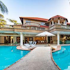 Christies @ 32 on Russell is 'n luukse boetiekgastehuis in Nelspruit. Die eiendom bied uitgebreide terras-tuine met koninklike palms en inheemse bome, 'n lieflike swembad en 'n patio langs die swembad wat ideaal is vir vermaak of ontspanning  #LekkeSlaap #boutique #luxury