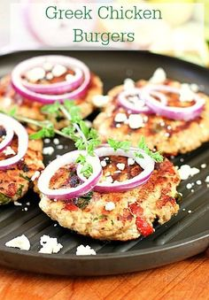 Ground chicken combined with wonderful Greek flavors and topped with Feta! Perfect weeknight meal and so healthy! - A flavorful burger reminiscent of greek flavors! Including peppers, feta and oregano! Greek Burger, Greek Chicken, Lime Chicken, Pesto Chicken, Cooking Recipes, Healthy Recipes, Healthy Meals, Paninis, Le Diner