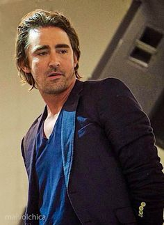I just love this photo.  Lee Pace, ¡buen hombre buscando!