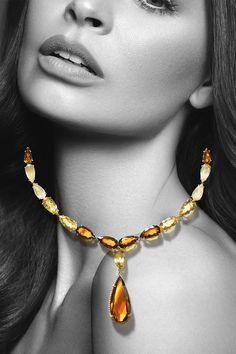 """#Necklace #Blanchet #Handmade #NaturalGemstones #Citrine #Diamonds. Čo viac vás môže zahriať v sychravom novembri ako drahokamové slnko života na najkrajšom drahokame tejto planéty – na krásnej žene? V tomto duchu – v absolútne dokonalom kontraste """"noir"""" vizuálu – pôsobí oslnivý náhrdelník Blanchet dekorovaný prírodnými slnečnými citrínmi, žiarivými rutilizovanými kremeňmi a nesmrteľnými diamantmi. Toto unikátne majstrovské dielo sa ako hrejivý slnečný lúč odráža v našej najnovšej kampani! Beaded Necklace, Gems, Glamour, Chain, Jewelry, Beaded Collar, Jewlery, Pearl Necklace, Jewerly"""