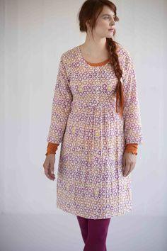 Gudrun Sjödéns Frühjahrskollektion 2015  - Das Kleid Tussilago aus Öko-Baumwolle ist ein herrlich schwingendes Modell. Erhältlich in den folgenden Farben: Ungebleicht, Veilchen und Grau.