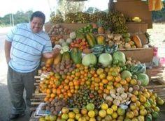 Tito Mira (cantante) mostrando un puesto de frutas