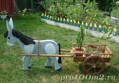Деревянный ослик на садовом участке