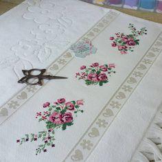 """Instagram'da 💫Turkuaz Kasnak💫: """"🍃🌼 Mutlu ve huzurlu bir gün olsun herkeze ...🌼🍃 . . . . . . . 🍃🌸@tugbakarazagsaygili için hazirladigimiz havlulari 🌸🍃 Cocuklarinin…"""" Floral Tie, Rugs, Canvas, Gallery, Home Decor, Instagram, Crochet Designs, Bath Linens, Cross Stitch Embroidery"""
