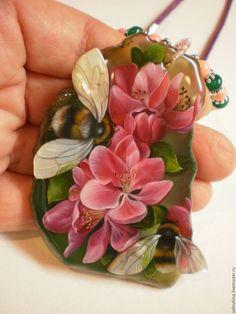 """Купить Кулон """"Шмельки"""" отложен - розовый, лаковая миниатюра, подарок, кулон, красивое украшение, весна"""