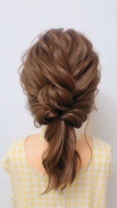 Otra de las trenzas que me gustan mucho son las que se pueden formar en otro peinado, este chongo es muy fácil de hacer además puedes usarlo para una boda o un evento elegante.