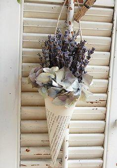 Du papier ... De la Lavande .... un peu d'Hortensia séché ....