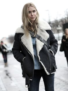 The countdown to Christmas is getting underway and so is the countdown to find the perfect Christmas outfit! Check out this list of 40 cute Christmas outfits. Winter Looks, Winter Style, Mode Style, Style Me, Sherling Jacket, Mode Lookbook, Stockholm Fashion Week, Cute Christmas Outfits, Christmas Time