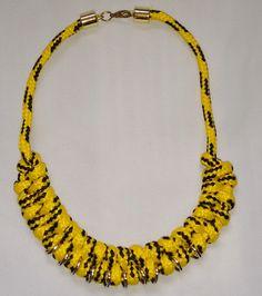 Colar de corda amarela feito com nós e argolas                                                                                                                                                     Mais