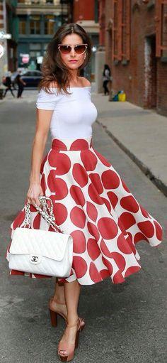 Falda de lunares rojos