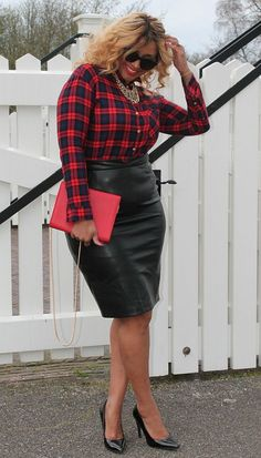 Beautiful winter outfit for curvy women! Wear it at work or at a ladies night out - Find more ideas at women-outfits.com