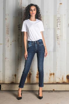 Jeans that follow the body shape and result in a slim silhouette. Body Shapes, Mom Jeans, Fall Winter, Silhouette, Slim, Fitness, Pants, Tops, Fashion