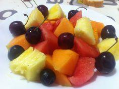Macedònia de fruites (meló Cantaloup, síndria, pinya i cireres)