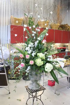 how to make a large scale urn arrangement flowers floral design huge class tutorial diy altar escort card table orchids dendrobium hydrangea esperance