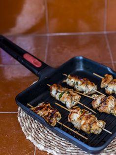 Recetas con pollo existen infinitas, un ingrediente barato y que suele gustar a todos en casa pero que muchas veces no se nos ocurren formas de cocinarlo. Hoy os damos una idea original para comer las pechugas de pollo como pinchos, para comer con las manos.Esta receta lleva ingredientes que de…