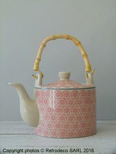 Cette théière céramique Cecile signée Bloomingville dans les tons de rose avec une légère pointe de gris apportera une certaine modernité à votre aime. On aime sa forme et son anse bambou qui rappelle les théières japonaises. A associer avec les tasses et les plats de la même collection.
