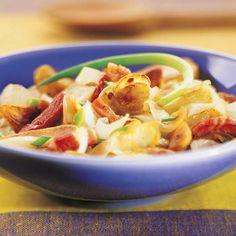Coupez les endives en lamelles. Lavez et ciselez la ciboulette. Pelez les pommes de terre et mettez-les dans une casserole d'eau froide salée.