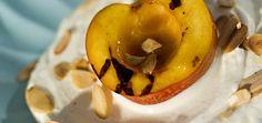 grillet nektarin med honning, krem, yoghurt og mandelflak