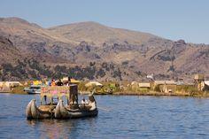 Lago Titicaca - Bolívia. Considerado o lago navegável mais alto do mundo, o Lago Titicaca é dos pontos turísticos mais bonitos da Bolívia. O lago é alimentado por chuvas, degelo das geleiras e é alimentado por outros cinco grandes rios. O Lago Titicaca possui 41 ilhas, algumas habitadas outras não. As atrações mais famosas da região são a Ilha da Lua, a Ilha do Sol e a cidade de Copacabana.