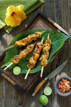 Chicken satay recipe from Bali. Healthy Asian Recipes, Indian Food Recipes, Balinese Recipe, Pollo Satay, Chicken Satay, Indonesian Food, Indonesian Satay Recipe, Malaysian Food, Food Decoration