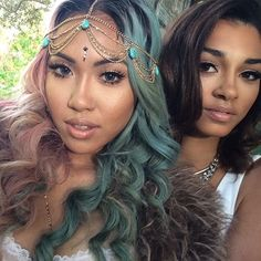 Love her turquoise and gold head chain.