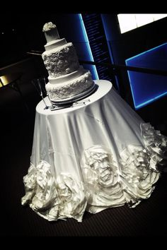 Love the floral design of the wedding cake & table linen!