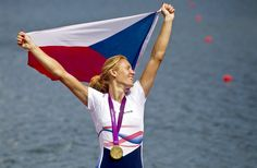 """KONEČNĚ ZLATO. Po dvou stříbrných a jedné bronzové se česká výprava 4. srpna dočkala také zlaté medaile. Po závodě skifařek ji slavila Miroslava Knapková, přestože veslovala s bolestivým zraněním mezižeberního svalu. """"Když jsem v půlce odjela o tolik, říkala jsem si, co se děje. Neuvěřitelný,"""" zářila vytáhlá blondýna. Rowing, Olympians, Dj, Bronze, Outdoor Decor, Fashion, Pictures, Moda, Fashion Styles"""