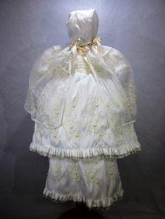 Ropón de Bautismo modelo Ropón de bautismo modelo 1010M, color beige, elaborado en shantung con aplicaciones de pedrería y bordado de flores con perlas, tiene capa y gorro, bordado, desmontable.
