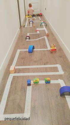Mit Washi-Tape oder Malerkrepp Straßen auf den Boden für Kinder kleben. Perfekte Auto-Strecke!