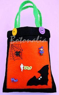 Bolsa para caramelos de Halloween, realizada en fieltro de varios colores y decorada con botones clásicos y de fantasía. También lleva bordado de la tela de araña y una aplicación de fieltro en forma de murciélago. Ver más detalles en nuestro blog.