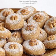 Velikonoce jsou již za dveřmi a tak si pro případné hosty upečeme jemné celozrnnédomácí pečivo. Na ořechové oválky použijeme těsto, které je hodně podobné těstu na vanilkové rohlíčky bez bílého cukru.Liší se jenom vmalých detailech, ale výsledek bude určitě úplnějiný. Bread Baking, Christmas Cookies, Doughnut, Muffin, Cooking, Breakfast, Food, Easter, Gardening