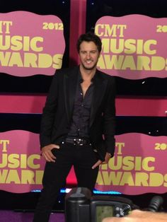 Repin this if Luke Bryan makes your heart sing! He's lookin' great on the red carpet. #CMTawards #LukeBryan
