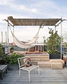 """Gefällt 730 Mal, 7 Kommentare - Architectural Digest Germany (@ad_germany) auf Instagram: """"Urlaub in den eigenen vier Wänden: Wie man Hängematten und Schaukeln zu Hause richtig inszeniert…"""" Rooftop Terrace Design, Rooftop Patio, Balcony Design, Deck Design, Rooftop Gardens, Terrace Garden Design, Home Garden Design, Outdoor Spaces, Outdoor Living"""