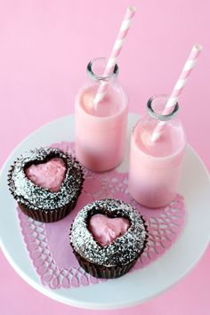 Pequeocio--Even though its in spanish this is a really easy recipe.  Just bake the chocolate cupcakes, slice the top of it off, use the pink icing, probably strawberry, or vanilla with pink food coloring, use a heart shaped cookie cutter and cut the heart out of the top, sprinkle some powdered sugar on the top, and place over the icing.  See, and I don't even need google translator lol