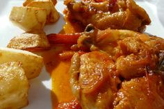"""""""Pollo al chilindrón"""". Plato muy conocido por la zona de La Rioja, Aragón y Navarra. Cocinado a base de pimientos rojos o  de colores para dar mas espectacularidad al plato, ajos, cebollas, tomate y especies. Un buen acompañamiento es la patata frita a tú gusto, gajo, pajita, dados etc... * En Restaurant  """"CAL PETER"""" - La Pizzeria - Tarragona - España."""