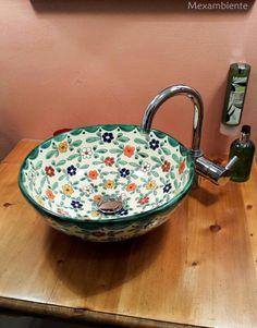 Farbenfrohes Waschbecken aus Mexiko mit floralem Muster, bunte Waschschale von Mexambiente. #badezimmer #hotel #bunt #waschtisch #waschbecken #mexiko #handbemalt #mediterran #badideen #landhausstil #retro