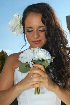 Looking for someone who can do your prom, special effect and bridal make up? Jennifer Zahler is a professional make-up expert, with over 8 years of experience, who services weddings, films and more.
