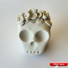 Polymer Clay Skull with a Flower Crown. Polymer Clay Charms, Polymer Clay Projects, Diy Clay, Clay Crafts, Polymer Clay Jewelry, Paper Clay, Clay Art, Biscuit, Ideas Joyería