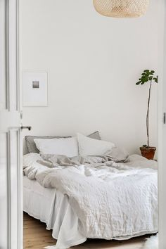 minimalist white and grey accent houseplant bedroom decor Quirky Home Decor, Cute Home Decor, Cheap Home Decor, Modern Decor, Dream Bedroom, Home Bedroom, Bedroom Decor, Minimalist Bedroom, Bedroom Inspo