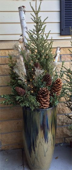 An outdoor Christmas decoration holds a unique place in individuals's hearts. Christmas is an fancy event for many individuals throughout the world. For most households, Christmas includes an extensive amount of decorating, both indoors and outside. Christmas Urns, Outdoor Christmas Decorations, Country Christmas, Christmas Projects, Winter Christmas, Christmas Home, Christmas Wreaths, Winter Decorations, Outdoor Christmas Planters
